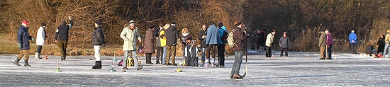 Munchen Im Winter Eisstock Schiessen Am Nymphenburger Kanal Und Anderen Gewassern Und Seen In Munchen