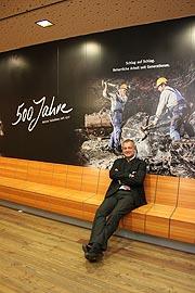 Peter Bozleitner-Reber, Leiter des Tourismusbereichs des Salzbergwerks, vor der 50 Meter langen Tapete im Wartebereich des Schaubergwerks mit  beeindruckenden Einblicken in die Tiefen der Alpen (©Foto: Martin Schmitz)