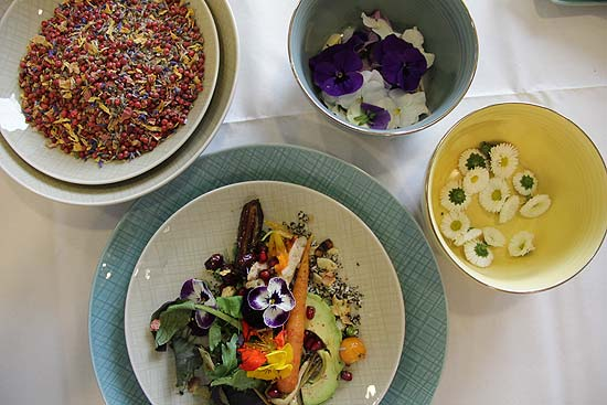 Spring into Style: Edible Flowers Lunch-Workshop im Ingolstadt Village  (©Foto: Marikka-Laila Maisel)