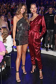 Lorena Rae (l) und Karolina Kurkova  bei den 3. ABOUT YOU Awards am 20.04.2019 in den Münchner Bavaria Studios (©Photo: Gisela Schober/Getty Images für ABOUT YOU)