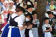 in Tracht am Wegesrand
