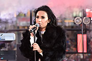 Demi Lovato Auftritt bei den New Year's Eve  celebrations at Times Square on December 31, 2015 in New York City. (Photo by Eugene Gologursky/Getty Images for TOSHIBA CORPORATION)