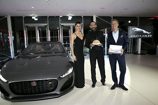Rebecca Mir, Massimo Sinato, Christian Loeer, Marketing Director Jaguar Land Rover, with Gweburttagskuchen und Voucher bei derJaguar F-Type World Premiere im Jaguar Land Rover Statement Site . (Photo by Gisela Schober/Getty Images for Jaguar /IMAGE.NET)