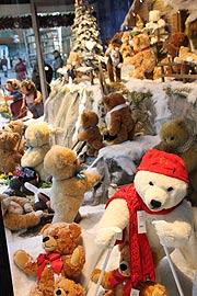 Steiff weihnachtszauber im schaufenster der galeria kaufhof am marienplatz m nchen vom - Schaufensterdekoration weihnachten ...