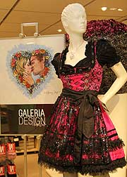 Kaufhof Galeria Dirndl sangesh Expressive video