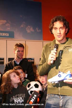 Luca Toni Autogrammstunde bei Sport Scheck, 13.12.2007 ...